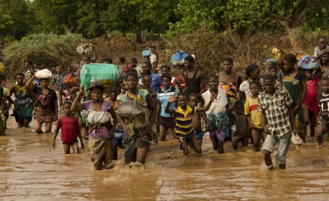 flood victimsrsh to  a rescue boat of Malawi Defence Force. Makalanga, Malawi